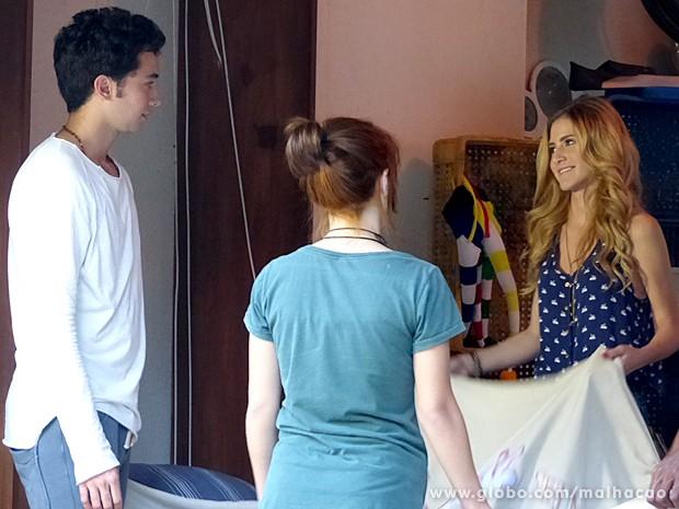 Sofia faz uma colcha com aplicações especialmente para Ben (Foto: Malhação / TV Globo)