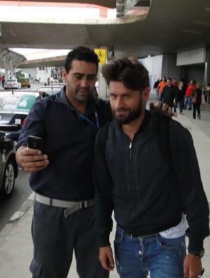 Rafael Sobis tirou foto com torcedor na chegada a Belo Horizonte (Foto: Marco Antônio Astoni)