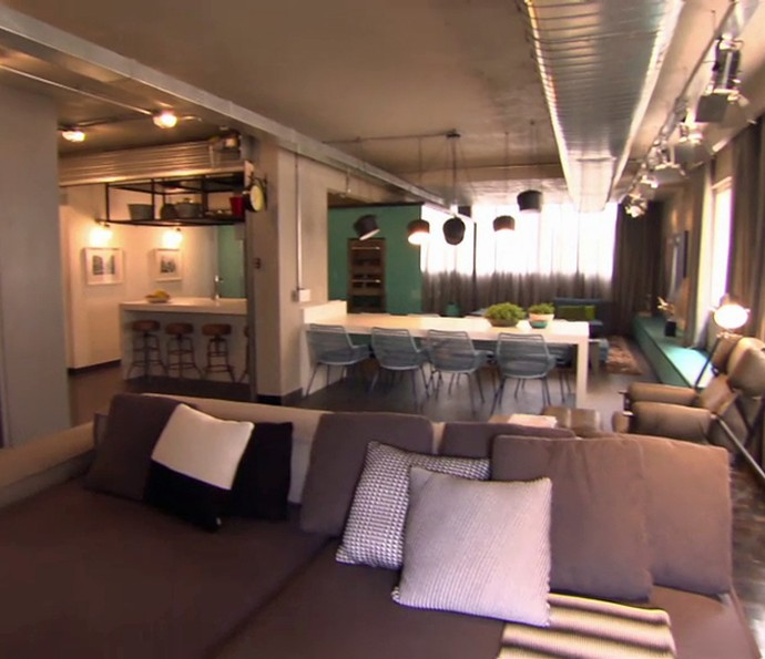 Barzinho, cozinha e sala se misturam em um ambiente clássico (Foto: TV Globo)