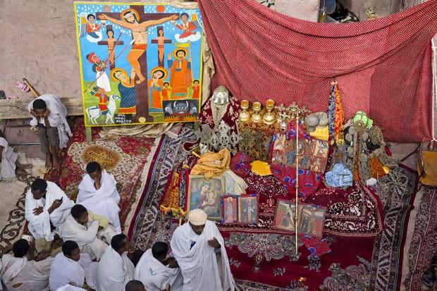 Em 2014, o mesmo ritual da exposição dos tesouros. Cálices de ouro, cruzes de prata e coroas de reis aparecem em ambas imagens (Foto: © Haroldo Castro/Época)
