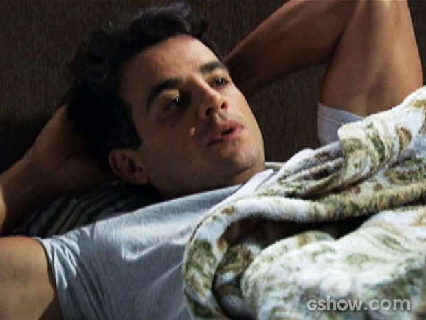 Carlito acorda e continua repetindo que seu amor por Valdirene acabou (Foto: Amor à Vida/TV Globo)