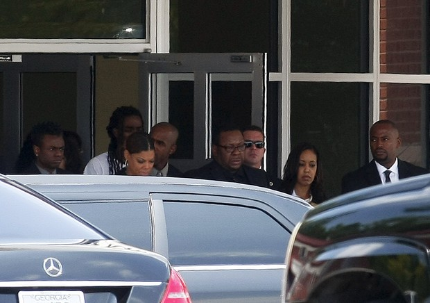 Cantor Bobby Brown deixa o funeral da filha (Foto: REUTERS/Tami Chappell TPX IMAGES OF THE DAY)