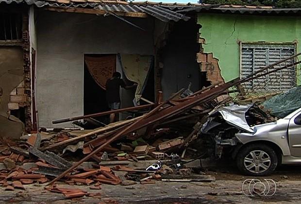Carro invade casa em Goiânia (Foto: Reprodução/ TV Anhanguera)
