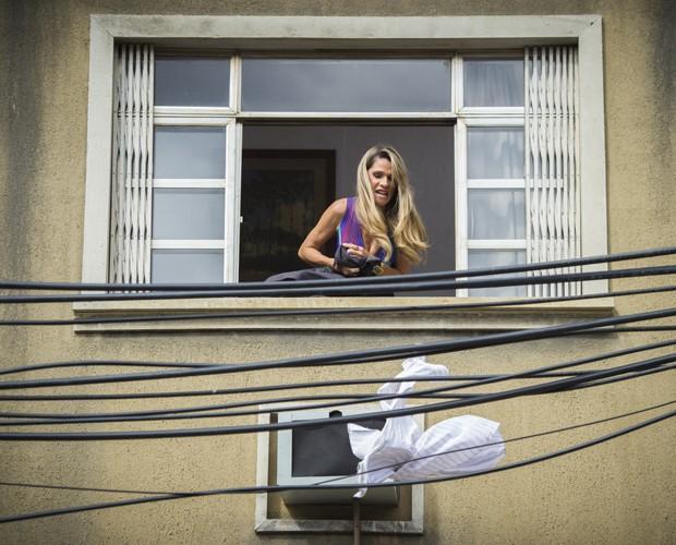 Marlene joga roupas para fora de casa após briga com Genésio (Foto: Alex Carvalho / TV Globo)