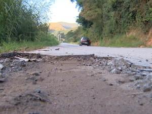 Buraco causado pelo transporte de eucalipto em São Luiz do Paraitinga (Foto: Perterson Grecco/ TV Vanguarda)