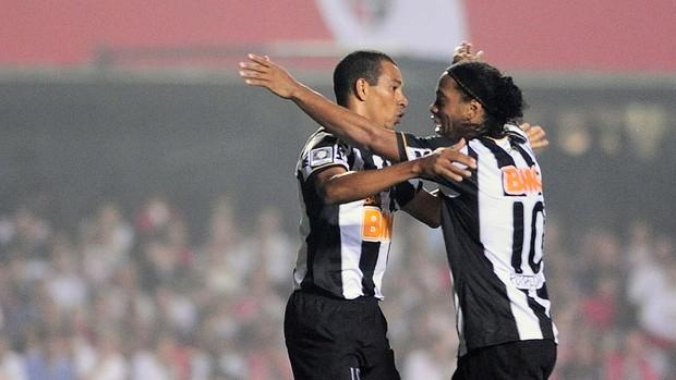 Gilberto Silva Ronaldinho gol Atlético-MG (Foto: Marcos Ribolli / Globoesporte.com)