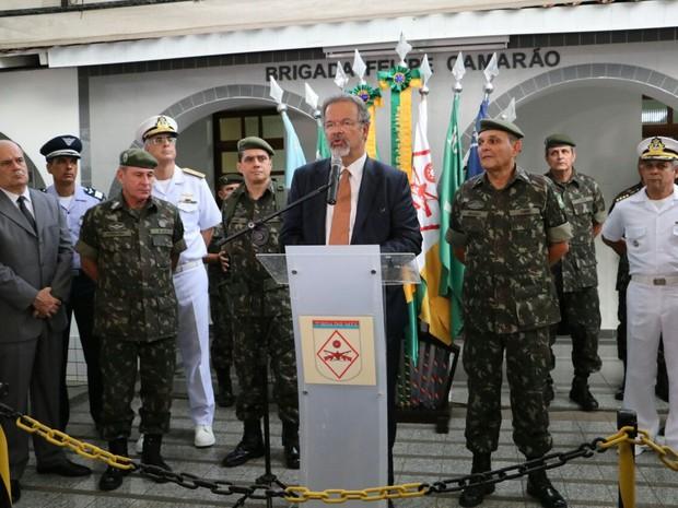 Raul Jungmann disse que miltares vão fazer policiamento ostensivo nas ruas (Foto: Elias Medeiros)