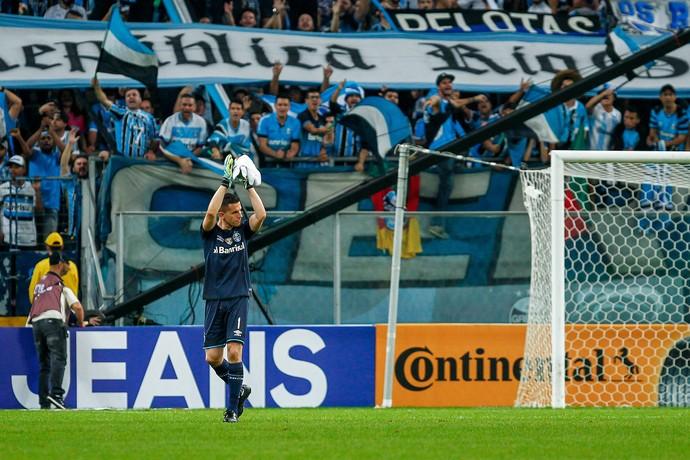 Marcelo Grohe é ovacionado contra o Atlético-PR (Foto: Lucas Uebel / Grêmio, DVG)