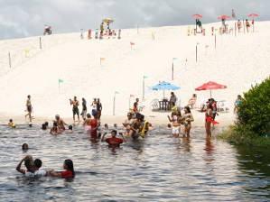 Banhistas se refrescam no lago da Coca-Cola (Foto: Henrique Felício/O Liberal)