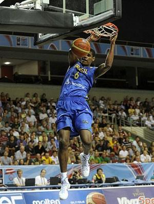 brasil x letônia cristiano felicio Sub-19 (Foto: Divulgação/FIBA)