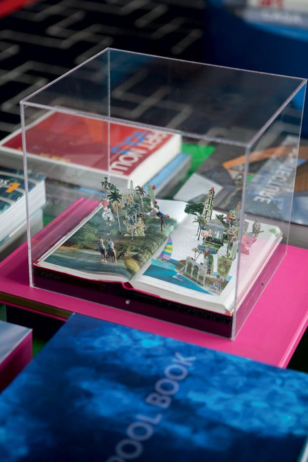 A obra Cuba 128-129, da série The World, de Daniel Escobar, da Zipper Galeria, está sobre uma das mesas de centro no living (Foto: Lufe Gomes/Editora Globo)