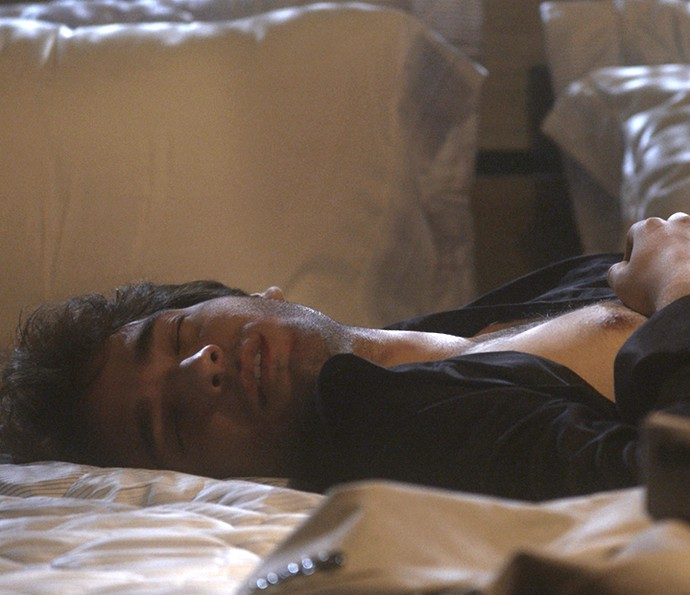 Tiago fala o nome de Isabela enquanto dorme (Foto: TV Globo)