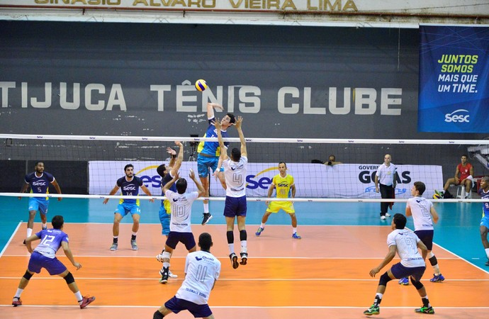 Renato Oliveira sobe para atacar  (Foto: Alexandra Farias)