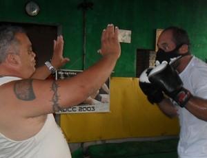 2dcb02798 Chicão treinando com a máscara com o professor Iran Brasileiro (Foto   Cleber Corrêa)