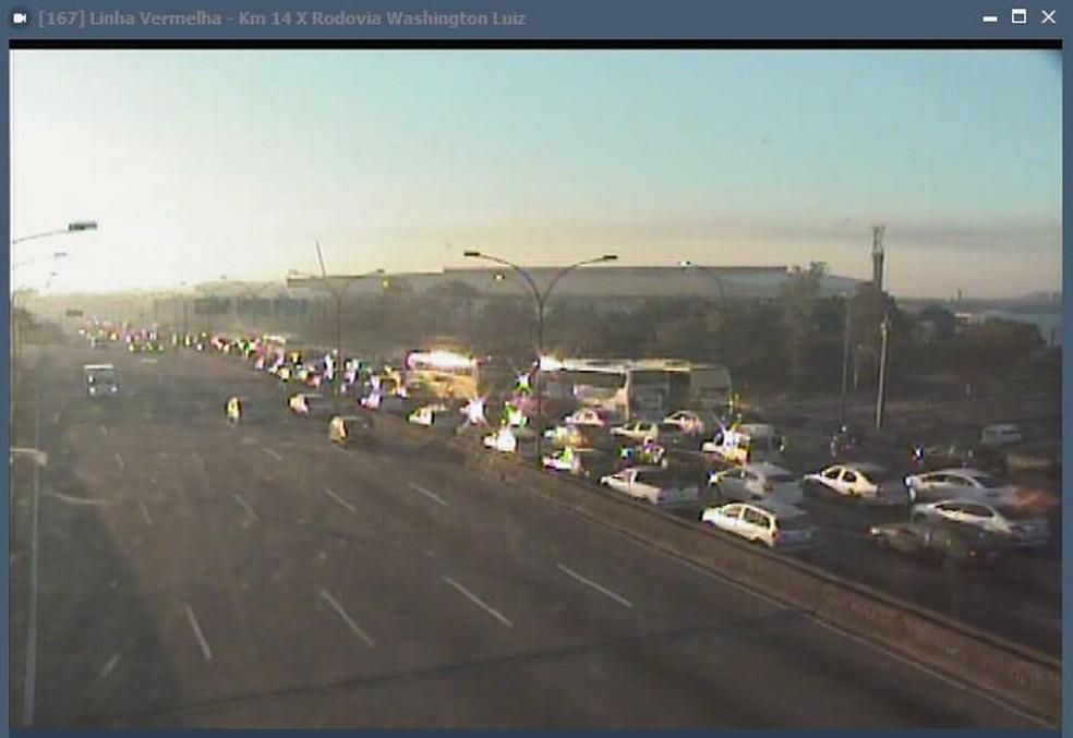 Trânsito congestionado na Linha Vermelha (Foto: Reprodução/Centro de Operações)