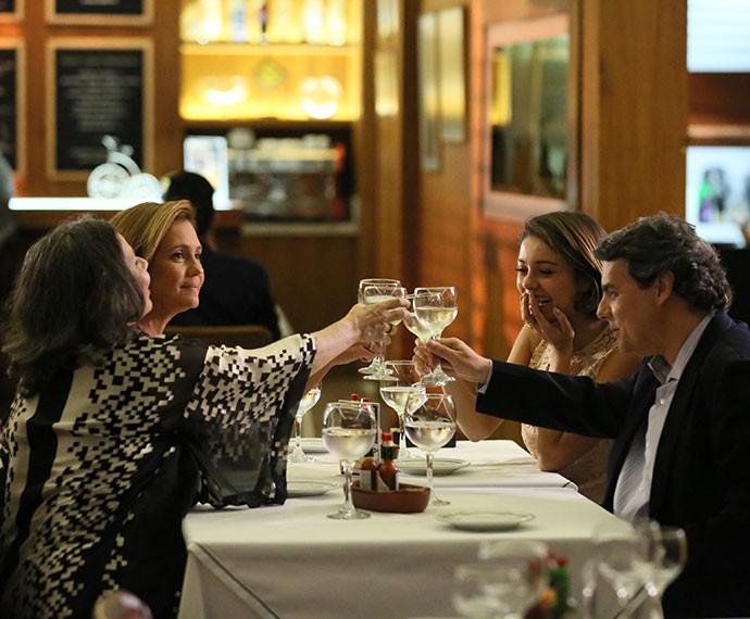 Viva os noivos! Alice e Evandro brindam com Celina e Inês (Foto: Isabella Pinheiro/Gshow)