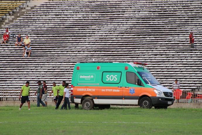 Ambulância atola no jogo do Flamengo-PI (Foto: Abdias Bideh/GloboEsporte.com)