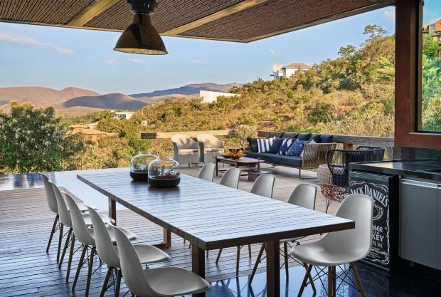Varanda gourmet. O espaço da churrasqueira abriga mesa da Tidelli e cadeiras da São Romão (Foto: Jomar Bragança / Divulgação)