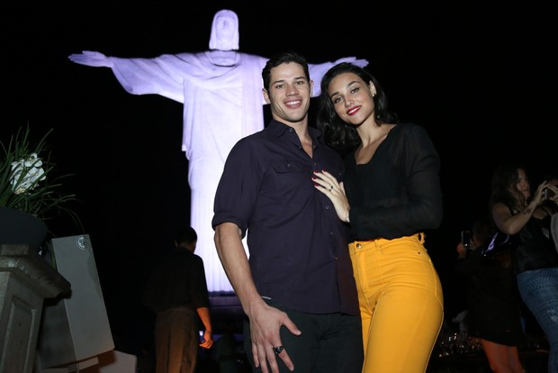 José Loreto e Débora Nascimento em show na Zona Sul do Rio (Foto: Roberto Filho/ Brazil News)