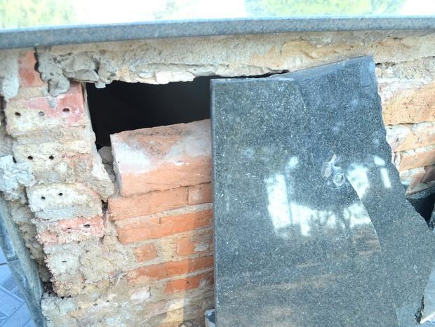 Jazigo quebrado e aberto no Cemitério da Saudade em Piracicaba (Foto: Claudia Assencio/G1)