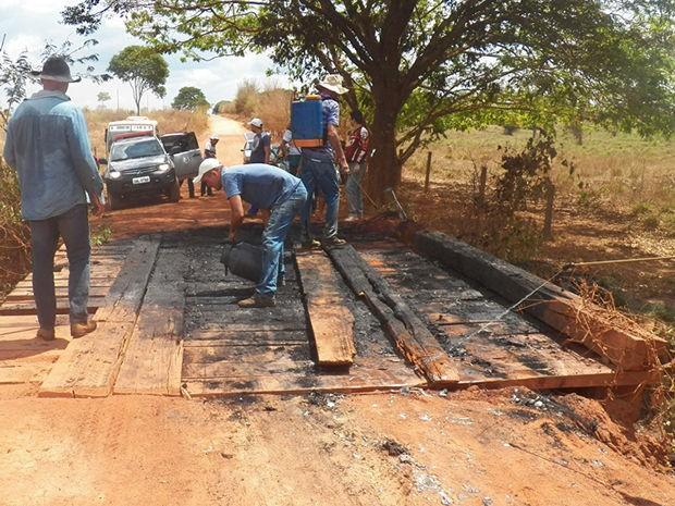 Ponte também foi incendiada por assaltantes que fugiram para mata fechada (Foto: Rádio Eldorado FM)