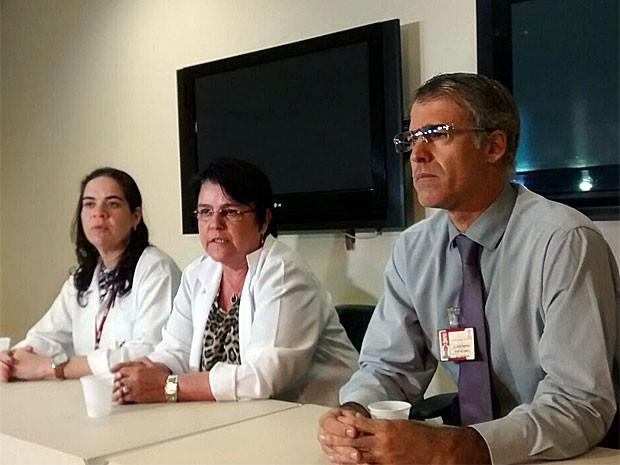Ao todo, doze equipes de diferentes áreas de saúde estão cuidando de Carlinhos no Hospital das Clínicas (Foto: Camila Torres / TV Globo)