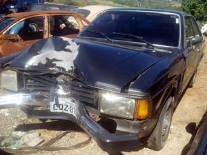 Motorista de Corcel II perdeu o controle do veículo e bateiu em postem em Piracicaba (Foto: Fernanda Zanetti/G1)