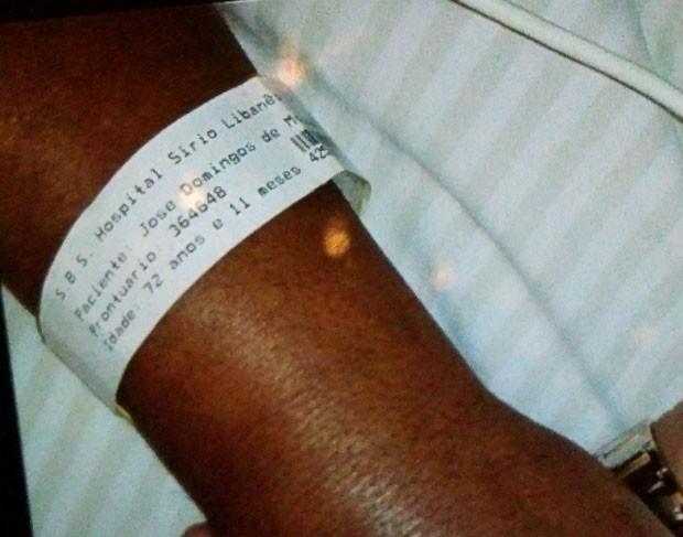 Foto da mão de Dominguinhos com a pulseira do Hospital Sírio Libanês, em São Paulo  (Foto: Glauco Araújo/G1)
