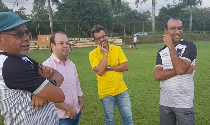 Wilson Leite, Flávio Horta Jr., Zada e Surian conversam durante treino do Voltaço (Foto: Pedro Borges/Fair Play Assessoria)