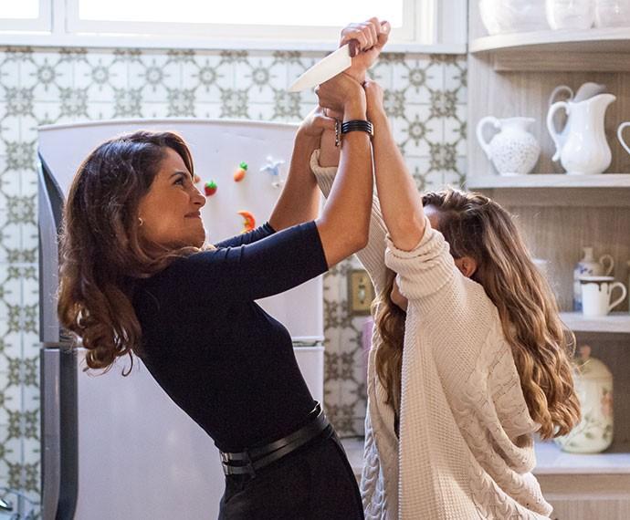 Descontrolada, Cris ameaça Regina com uma faca (Foto: Artur Meninea/TV Globo)