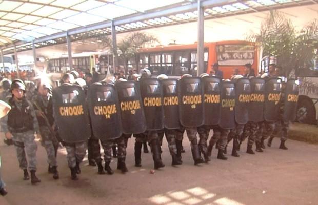 Batalhão de Choque da PM foi enviado ao terminal para controlar manifestação (Foto: Reprodução/TV Anhanguera)