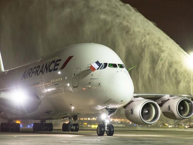 Airbus A380 tem capacidade para transportar entre 520 e 800 passageiros. (Foto: Reprodução/Facebook RioGaleão)