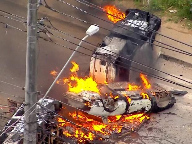 Três veículos incendiados em avenida do Jardim Iguatemi, na Zona Leste de SP (Foto: Reprodução/TV Globo)