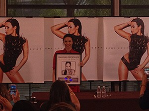 Demi recebe disco de diamante pela álbum Demi (Foto: Vitor Moreno/Gshow)