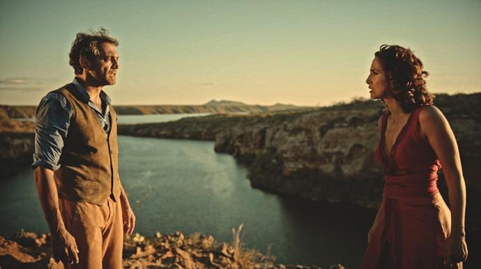 Tereza diz a Santo que ele é o pai de Miguel  (Foto: TV Globo)