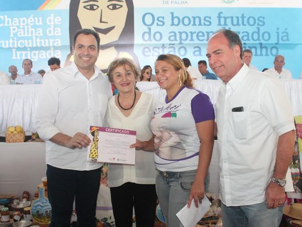 585ed35a37756 Governador entrega certificado a participante do programa (Foto  Taisa  Alencar   G1)