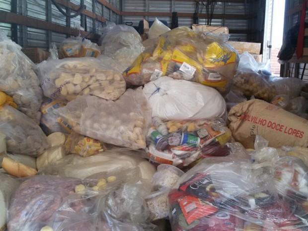 Alimentos vencidos e em más condições de armazenamento são recolhidos de supermercado em Aparecida de Goiânia, Goiás (Foto: Divulgação/Polícia Civil)
