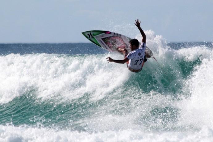 Filipe Toledo faz aéreo no round 4 da etapa de Gold Coast do Mundial de Surfe (Foto: Luciana Pinciara)