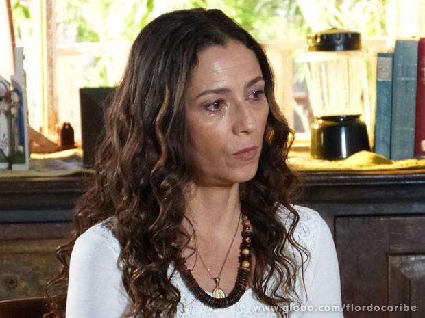 Bibiana sofre ao não poupar o próprio filho (Foto: Flor do Caribe / TV Globo)