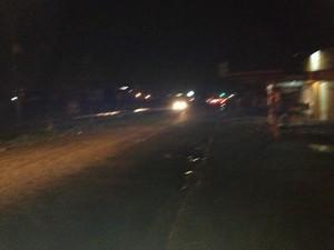 A iluminação pública também é precária em vários trechos da Avenida Guaporé. (Foto: Suzi Rocha/G1)