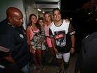 Carla Perez curte show de Xanddy de shortinho e barriga de fora