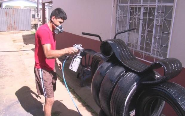 Rosildo de Souza Aires faz artesato reaproveitando pneus (Foto: Bom Dia Amazônia)