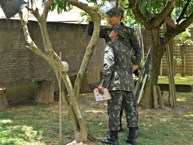 Conversando com moradores e distribuindo panfletos, o Exército fez ação de combate ao mosquito Aedes aegypti neste sábado (13) (Foto: Quésia Melo/G1)