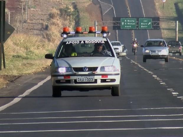 Patrulheiros percorrem as rodovias da região de Jaú e comemoram resultados (Foto: Reprodução / TV TEM)