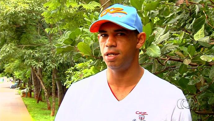 Robston - meia (Foto: Reprodução / TV Anhanguera)