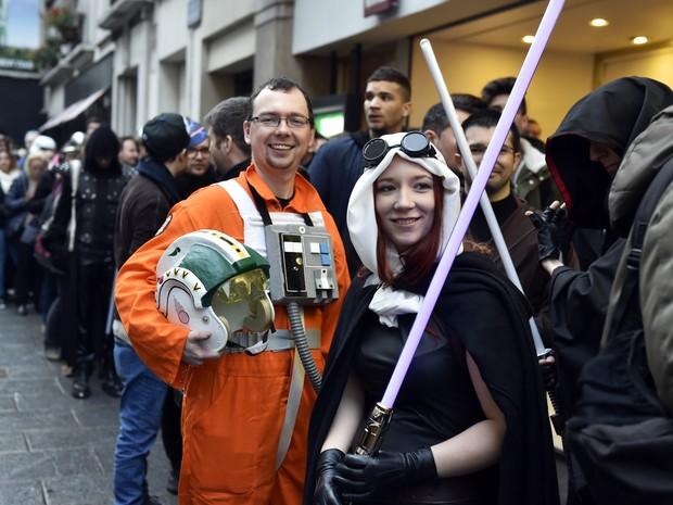 """Fãs fantasiados para a estreia de """"Star Wars: O despertar da força"""" no Grand Rex, nesta quarta, em Paris (Foto: ALAIN JOCARD/AFP )"""