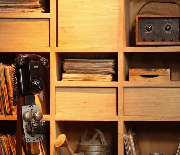 Cenário com equipamentos antigos de uma radionovela (Foto: Ellen Soares/Gshow)