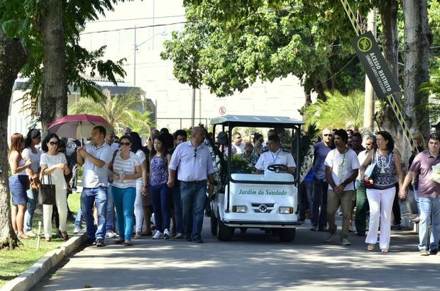 Solange Correa, viúva do músico Roberto Correa, do Golden Boys, vai ao enterrado do artista no Rio (Foto: Roberto Teixiera/ Ego)