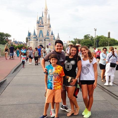 Elaine Mickely, os filhos e o marido, César Filho (Foto: Reprodução)
