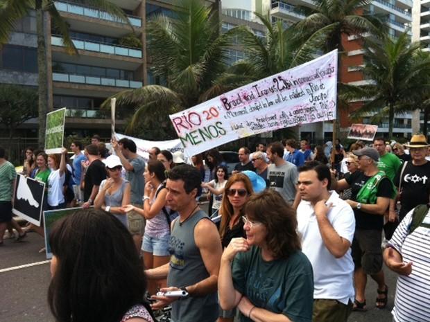 Manifestantes protestam contra vinda de Ahmadinejad em Ipanema (Foto: Rodrigo Gorosito)